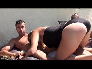 Mia sodomie et sextoys au bord de la piscine